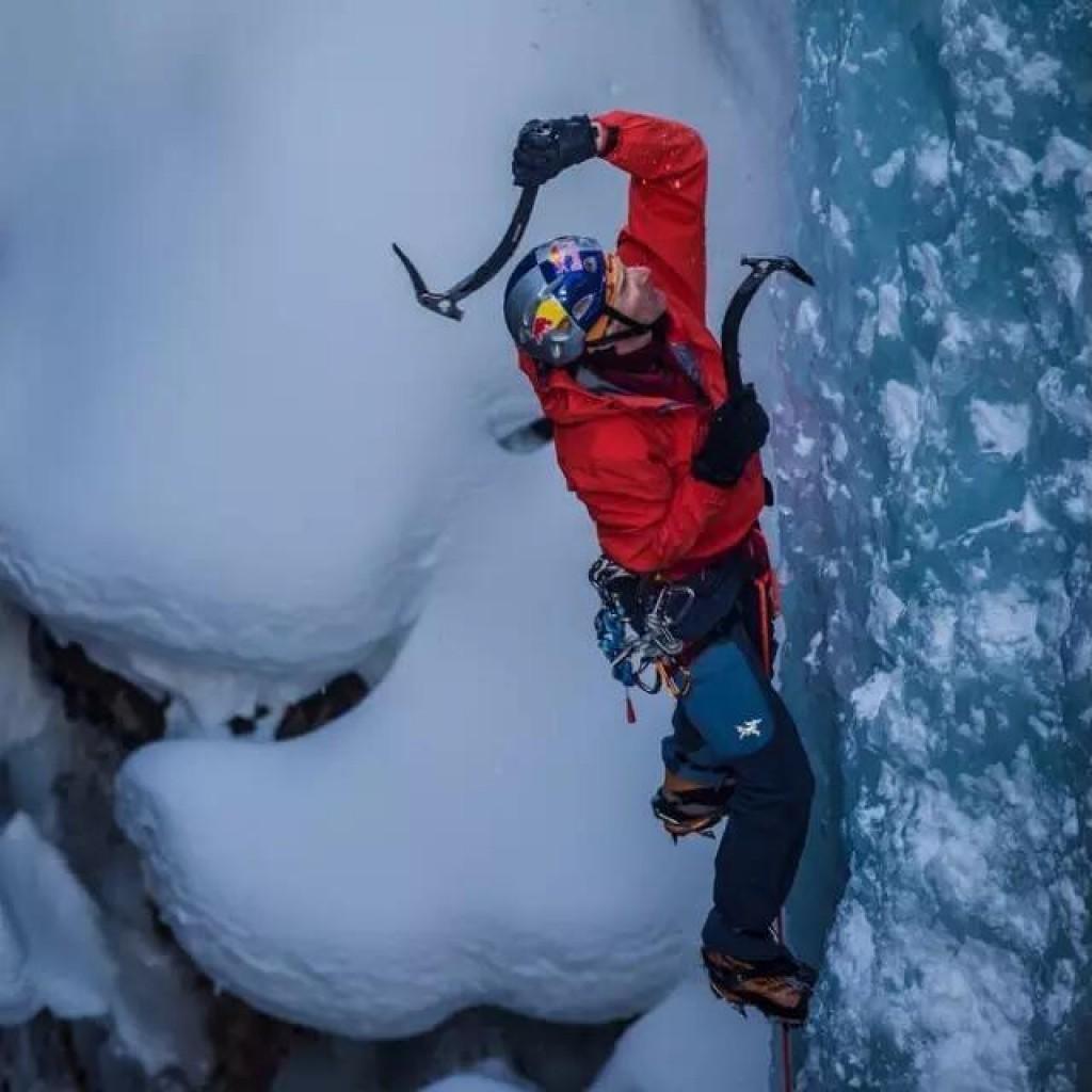 攀冰基础课——握持冰镐的两种姿势